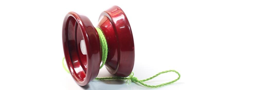 Ein roter Jojo mit grünem Band