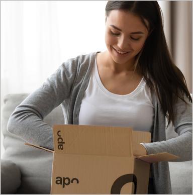 Paketbote übergibt Kundin mehrere Päckchen von deutscheinternetapotheke.de