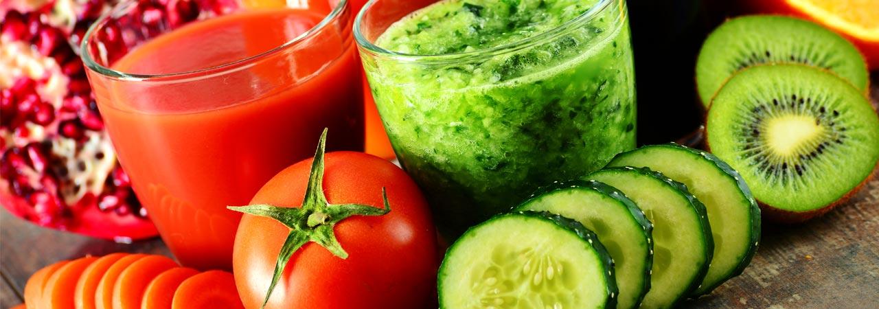 Smoothies mit Tomaten, Gurken, Kiwi und Papaya