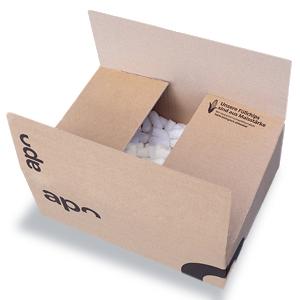 Ein Karton von deutscheinternetapotheke.de, welcher mit Maischips als Verpackungsmaterial gefüllt ist