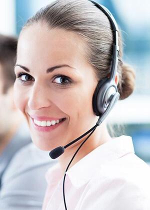 Kundencentermitarbeiter mit Headset lächelt in die Kamera