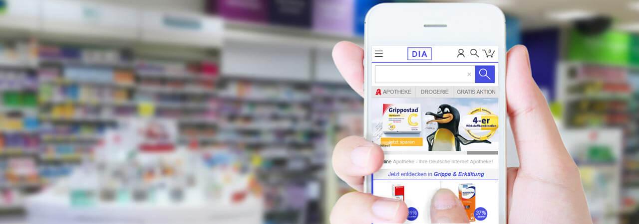 Mobiltelefon wird in einer Apotheke in der Hand gehalten